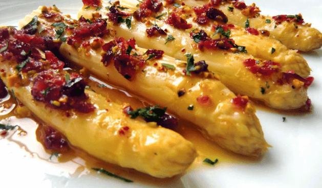 esparragos con vinagreta de arandanos y pistachos